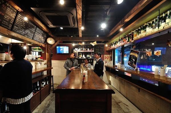 お客様を囲むように配置されたワイン棚