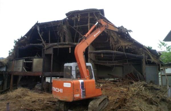 構造体に傷をつけないように、屋根や壁を丁寧に取り外す