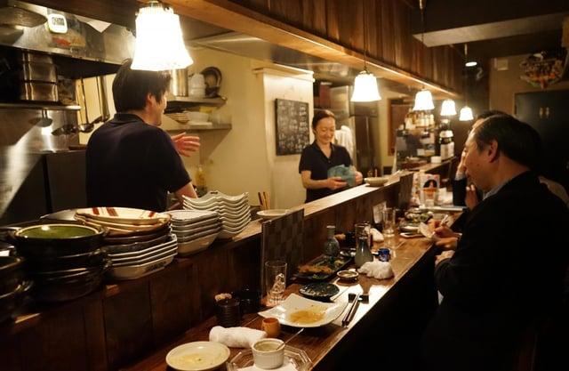 西新宿「しゅぞう」さんの店内。いつも明るい声で賑わっています